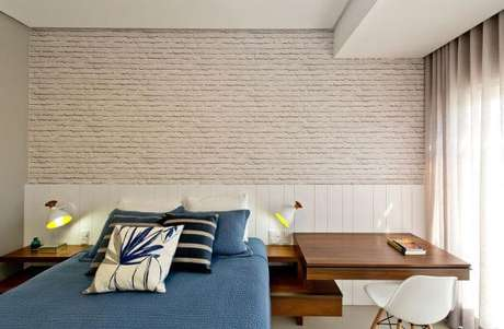 75. Cores para quartos com azul e papel de parede tijolinho – Por: Espaço do Traço