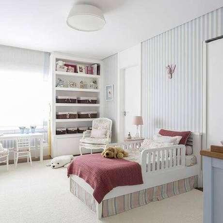 45- O rosa ainda aparece nas cores para quarto de menina, mas equilibrado com outras cores para um efeito mais suave. Projeto por BMG Arquitetura.