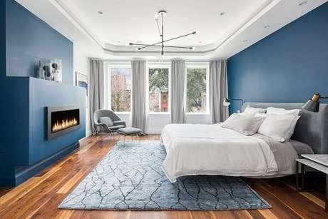 11- As cores para quartos de casal nas paredes utilizam tons escuros para contrastar com a moldura e o teto na cor branca. Fonte: Pinterest