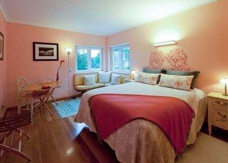 20- As cores para quartos de casal em tom rosa levam romantismo ao ambiente. Fonte: Varejão das Tintas