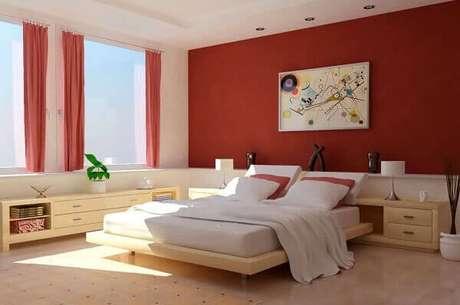 34- As cores para quartos em tons vermelho são repetidas na parede da cabeceira e no lenço da cortina. Fonte: Transforme sua Casa