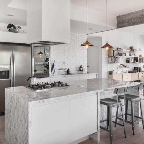 40. Cozinha toda branca com decoração moderna com parede de tijolinho branco e bancada de cozinha em mármore com cooktop – Foto: PM Arquitetura