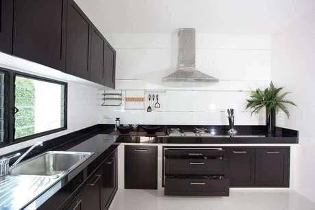 70. Cozinha em formato L feita com bancada de granito. Fonte: Pinterest