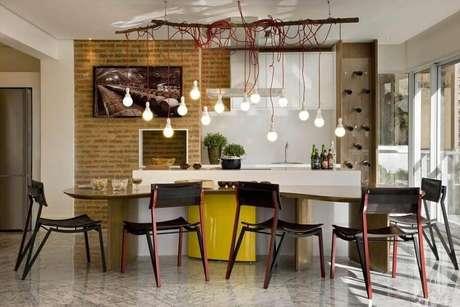 43. Bancada da cozinha gourmet promove um ambiente de muita interação – Foto: Léo Romano