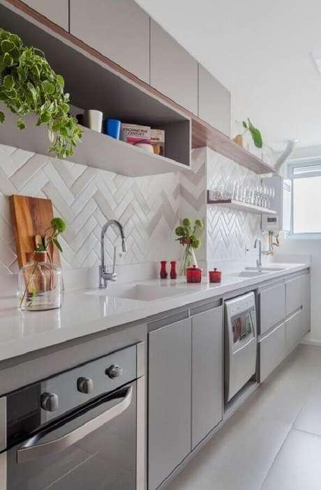 44. Cozinha planejada cinza decorada com bancada de cozinha em nanoglass e azulejo escama de peixe – Foto: Pinterest