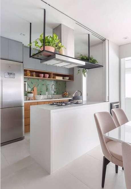 47. Decoração clean com bancada para cozinha americana feita em nanoglass com cooktop – Foto: Duda Senna