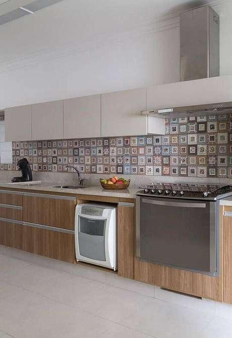 48. Decoração com armários planejados de madeira e bancada de cozinha em granito – Foto: Eliane Mesquita