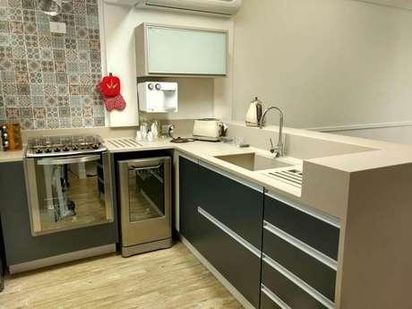 49. Decoração com bancada de cozinha feita em corian – Foto: Ana Wolcov