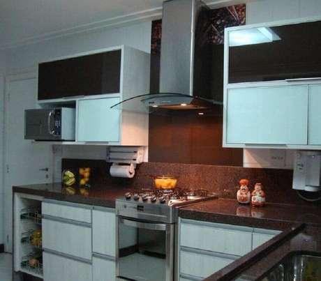 50. Decoração com armários planejados e bancada de cozinha marrom – Foto: Marli Rodrigues