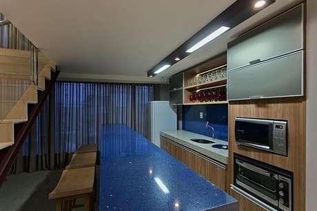 52. Decoração para cozinha planejada com bancada de cozinha feita em silestone azul – Foto: Mariana Borges e Thaysa Godoy