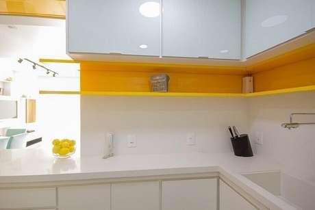 53. Decoração com nicho amarelo e bancada para cozinha em quartzo branco – Foto: Elen Saravalli