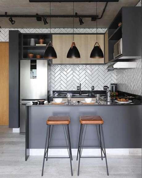 57. Decoração moderna com bancada para cozinha em U com azulejo escama de peixe – Foto: Bianchi & Lima Arquitetura