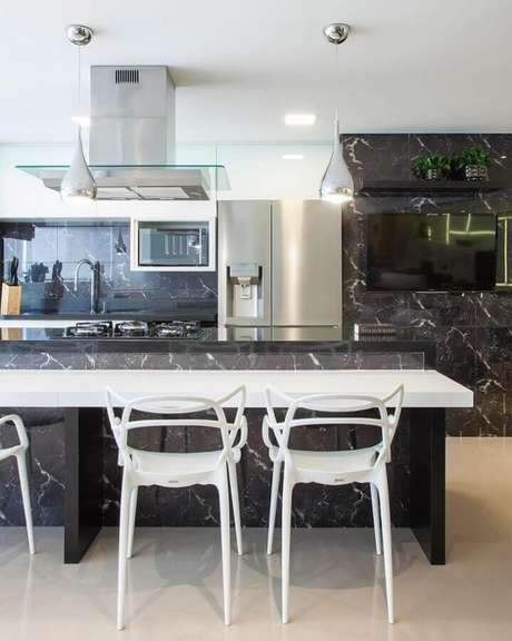 58. Decoração moderna com bancada para cozinha gourmet preta e branca – Foto: Monise Rosa Arquitetura