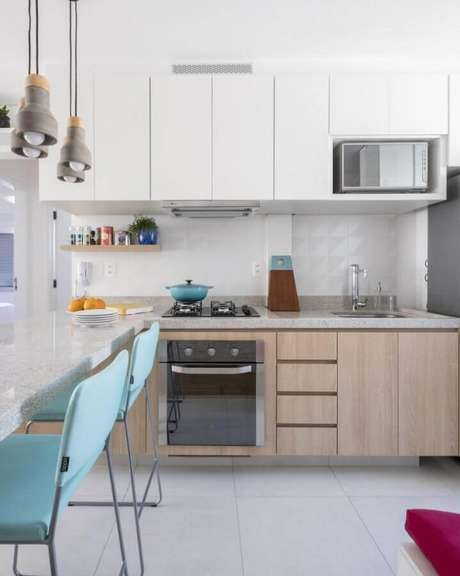 59. Decoração para cozinha planejada com armários de madeira e bancada de cozinha feita em granito – Foto: SP Estudio Arquitetura