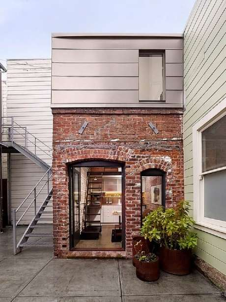 25. Essa casa pequena ficou bem aconchegante com esses tijolos à vista
