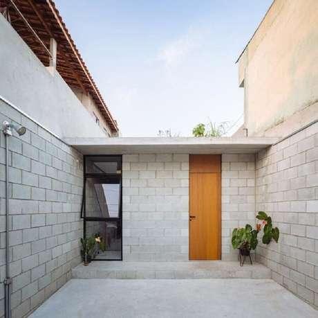 3. Fachadas de casas pequenas ficam ótimas com telhado platibanda.