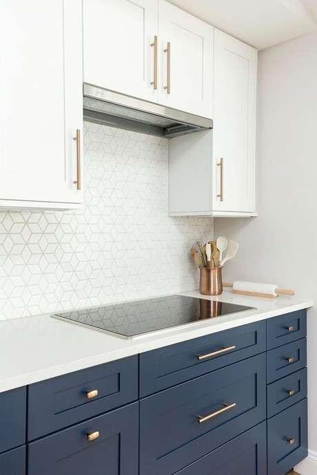 44. O azul marinho deixa o gabinete de cozinha mais clássico e luxuoso. Projeto de Revista Viva Decora.