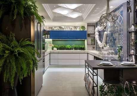 2. O desenho do gabinete de cozinha pode ser variado e se adequar ao espaço. Projeto por Morar Mais por Menos Goiânia.