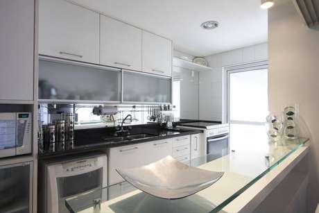 3. Os puxadores podem fazer a diferença no gabinete de cozinha. Projeto por Leo Shehtman.