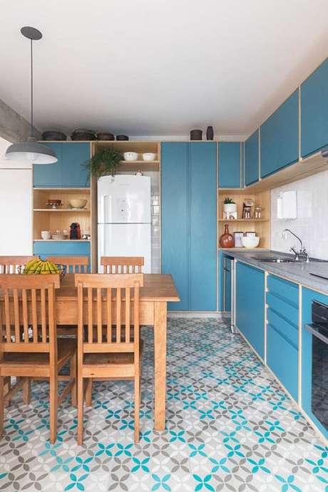 47. O gabinete de cozinha deve ser sóbrio se o revestimento do piso for chamativo. Projeto de INÁ Arquitetura
