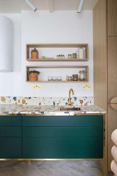 45. O gabinete de cozinha deve combinar com o granito da pia. Projeto de Revista Viva Decora.