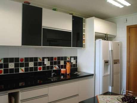 6. Os puxadores fazem a diferença no gabinete de cozinha. Projeto por Marli Rodrigues.