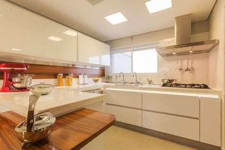 8. Um gabinete de cozinha mais largo deixa aproveita melhor o espaço. Projeto por Enzo Sobocinski.