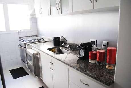 13. O gabinete de cozinha simples pode ser funcional e eficiente. Projeto por Bianchi e Lima Arquitetura.