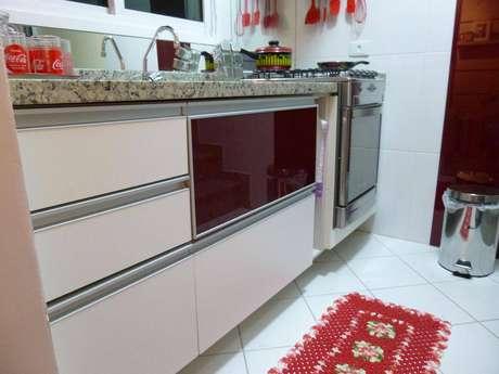 14. Você pode apostar em uma única porta de cor diferente para o gabinete de cozinha. Projeto por Thomas Barros.