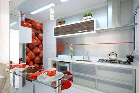 15. Invista em um gabinete de cozinha com portas em vidropara um cômodo mais elegante. Projeto por Renato Feroldi.