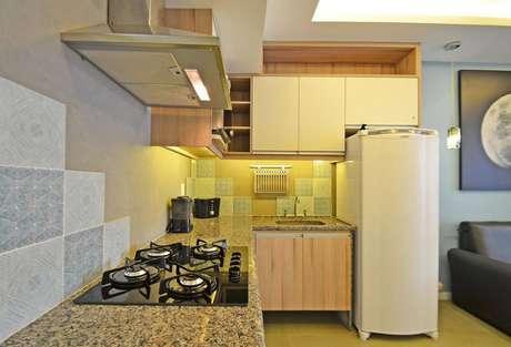 17. A área do gabinete de cozinha pode ser compacta, mas bem aproveitada. Projeto por Henning Coimbra.