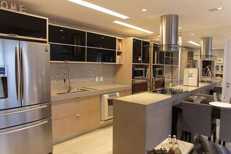 20. O gabinete de cozinha mais claro amplia o espaço. Projeto por Danyela Correa.