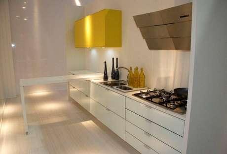21.O gabinete de cozinha longo aproveita muito bem o espaço. Projeto por Giselle Ramos do Nascimento.