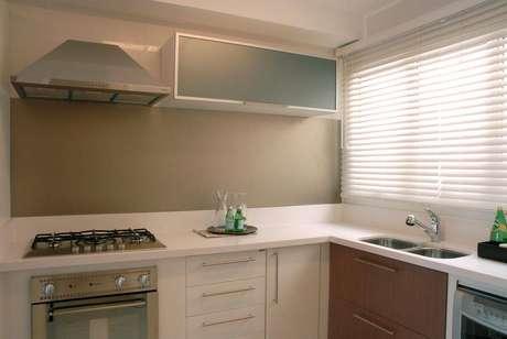 22. Destacar a parte do gabinete de cozinha pode ser uma forma interessante de chamar a atenção. Projeto por Teresinha Nigri.