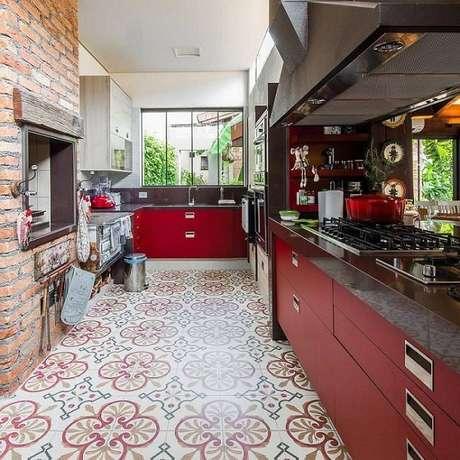 23. Gabinete de cozinha vermelho deixa o ambiente mais receptivo. Projeto por Camila Tannous.