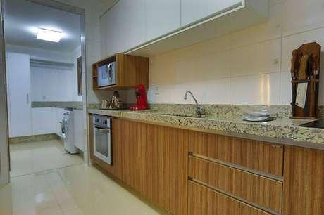 24. A piacom o gabinete de cozinha pode aproveitar o espaço e embutir o fogão. Projeto por Majó Arquitetura de Interiores.