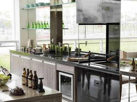 25. Sem armários na parte de cima, a área do gabinete de cozinha parece mais ampla. Projeto por Ornare.