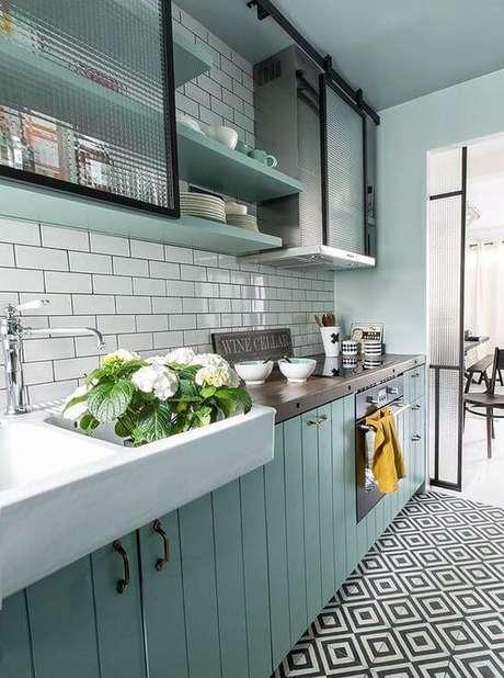 46. Um gabinete de cozinha modernodeve ter formas simples.Projeto de Revista Viva Decora.