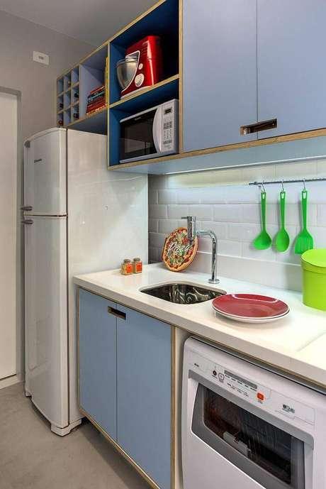 28. O pequeno gabinete de cozinha colorido é charmoso e original. Projeto por Marina Carvalho.