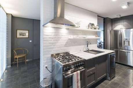 29. O gabinete de cozinha com estilo mais antigo dá charme para o espaço. Projeto por Marcelino Mariano.