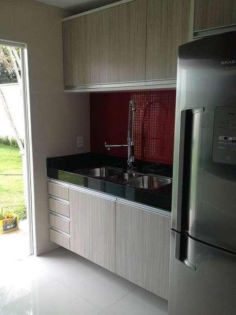 30. Aproveite o espaço pequeno para colocar um gabinete de cozinha mais compacto com gaveteiro. Projeto por Amaury Jr.