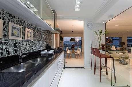 31.O gabinete de cozinha extenso lisodeixa o cômodo bonito e elegante.