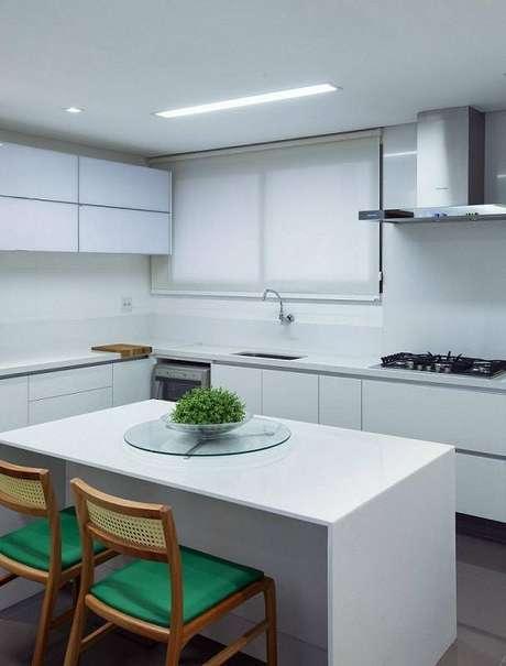 32. O gabinete de cozinha branco combina com o ambiente minimalista. Projeto por André Lenza.