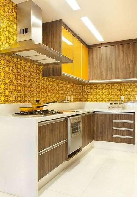 33. O gabinete de cozinha com acabamento que lembra madeira deixa o espaço mais aconchegante.