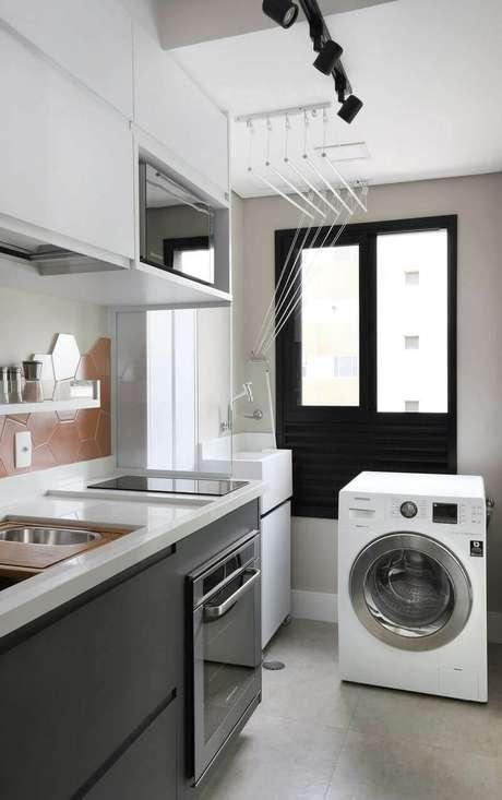 48. O gabinete de cozinha preto é sóbrio e combina com muitas decorações. Projeto de Inside Arquitetura e Design