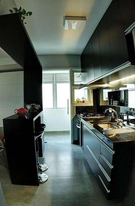 35. O gabinete de cozinha também pode ser preto e cheio de personalidade. Projeto por Maxma Studio.