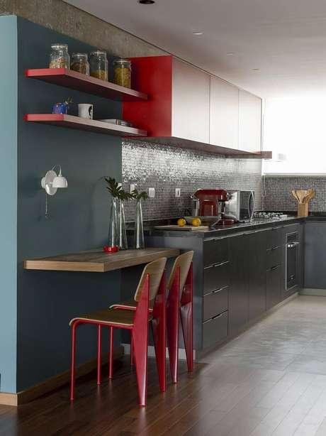 38. Os puxadores mais simples para o gabinete de cozinha dão mais destaque aos móveis. Projeto por DT Estudio.