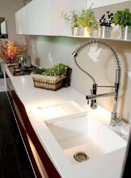 62. O branco é a cor mais tradicional para bancada de cozinha – Foto: Archdesign Studio