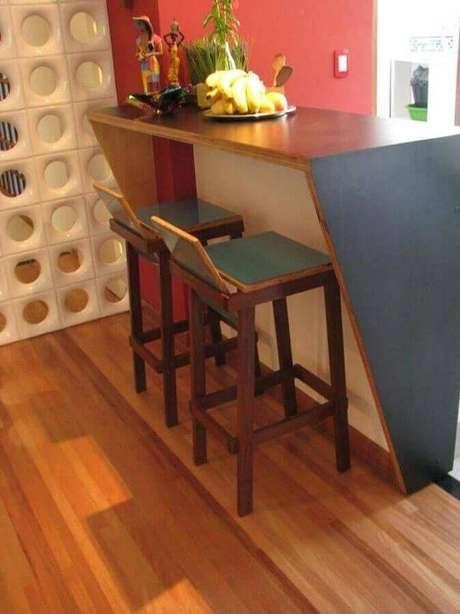 63. Bancada para cozinha que divide o ambiente é uma saída para ambientes pequenos – Foto: Sarolla Mancini