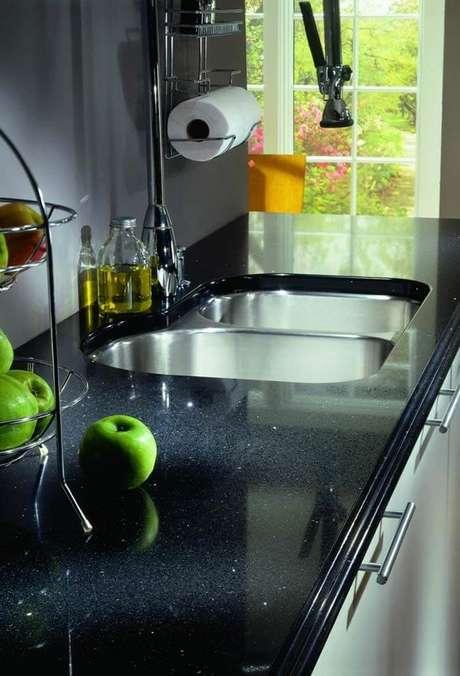 66. Pia de cozinha com estrutura formada em granito preto. Fonte: Pinterest